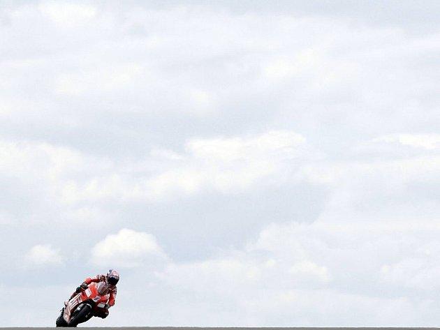 Australan Casey Stoner při páteční tréninku na britskou GP.