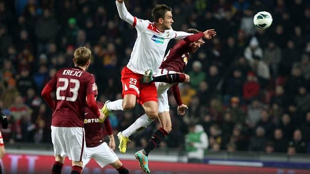 Marek Bakoš z Plzně ve vzdušném souboji během utkání proti Spartě.