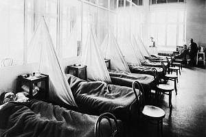 Pacienti  se španělskou chřipkou v americké vojenské nemocnici v Aix-Les-Bains ve Francii (1918).
