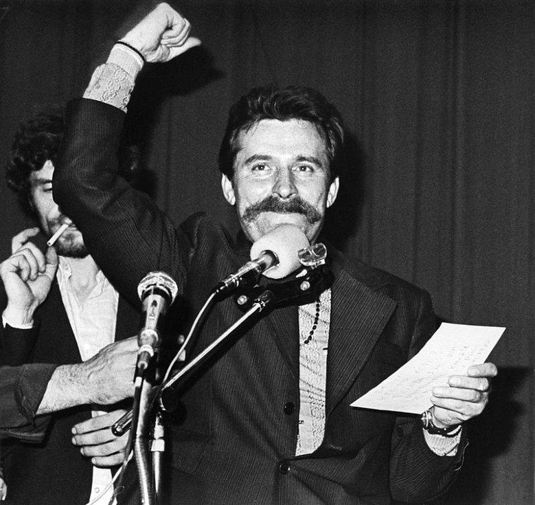 Předseda mezipodnikového stávkového výboru Lech Wałęsa v hale Gdaňských loděnic v srpnu 1980
