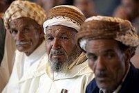 Stařešinové v Alžíru poslouchají předvolební míting Antiislamistické a národní republikánské aliance (AND) Nejstarší opoziční proberberská Fronta socialistických sil, stejně jako Al-Káida volby bojkotovala.