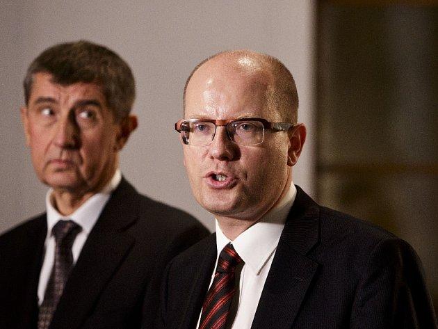 Premiér Bohuslav Sobotka (ČSSD) a ministr financí Andrej Babiš (ANO).