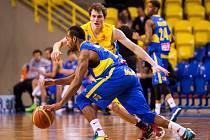 Basketbalista Ústí Kwamain Mitchell (v modrém).
