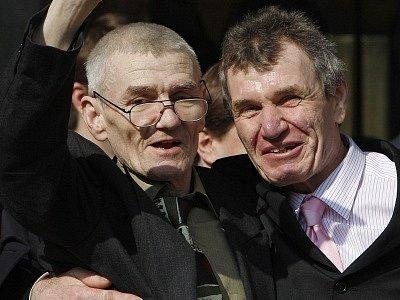 Sean Hodgson (vlevo), podpíraný svým bratrem Peterem, před soudem v Londýně, který rozhodl o jeho nevině.