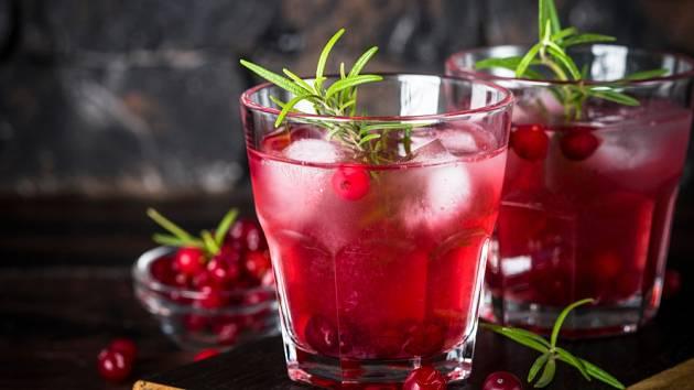 Brusinkový koktejl s vodkou a snítkou rozmarýny