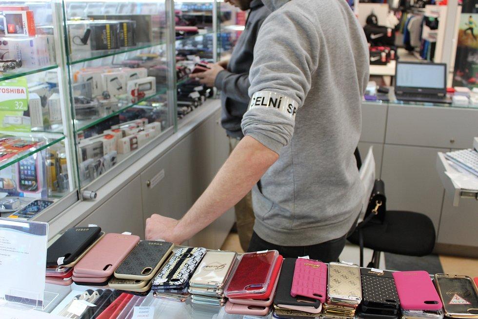 Celníci odhalili padělky firmy Apple za pět milionů korun