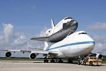 Raketoplán Endeavour na zádech speciálně upraveného Boeingu 747 odletěl z Kennedyho vesmírného střediska na Floridě.