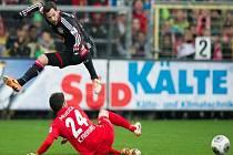 Gonzalo Castro z Leverkusenu (vlevo) a Mensur Mujdza z Freiburgu.