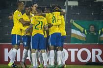 Fotbalisté Brazílie se radují z gólu proti Venezuele.