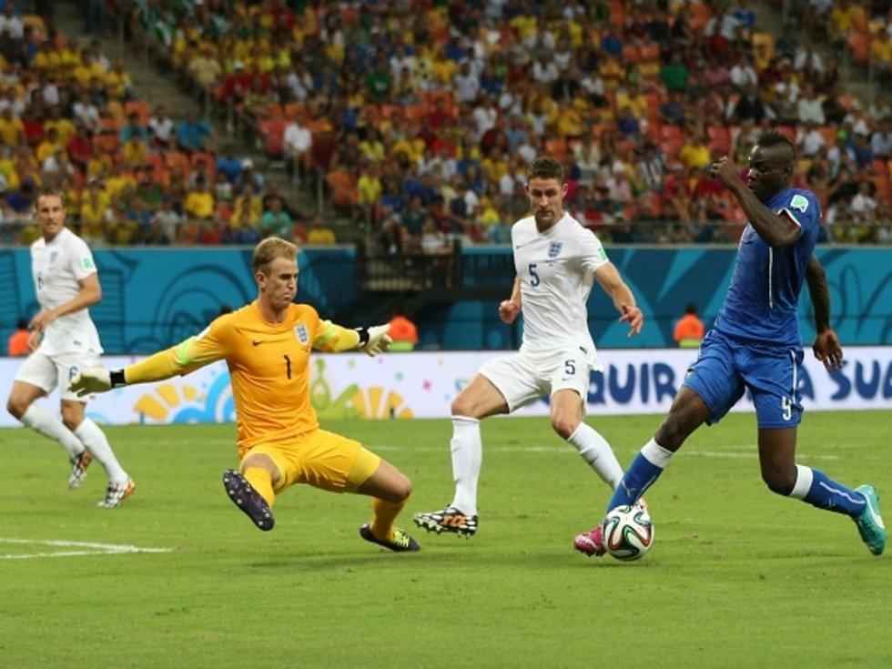 Mario Balotelli z Itálie (vpravo) se prosazuje proti Anglii.