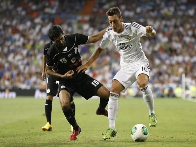 Mesut Özil (vpravo) by měl přestoupit z Realu Madrid do Arsenalu.