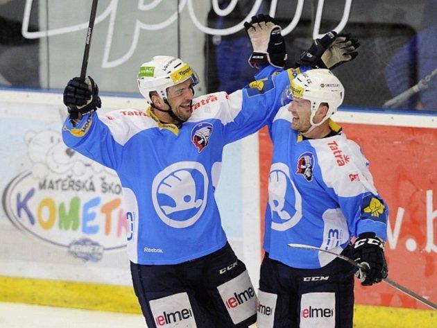Hokejisté Plzně Ondřej Kratěna (vpravo) a Pavel Kašpařík se radují z gólu.