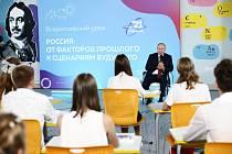 Ruský prezident Vladimir Putin beseduje s žáky ve školepři zahájení školního roku