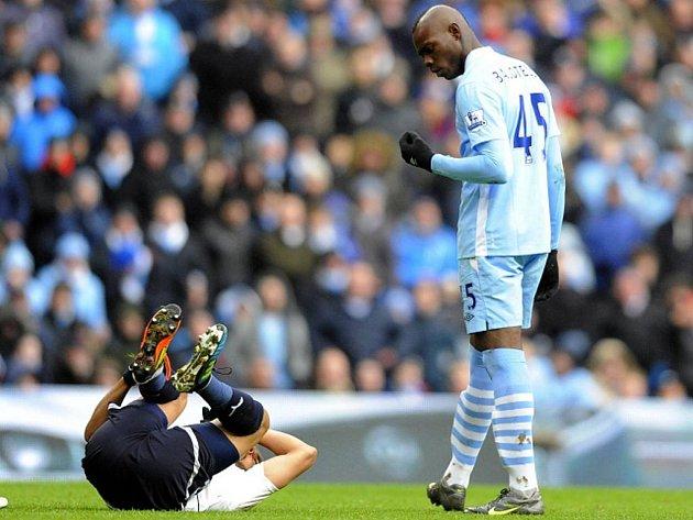 Mario Balotelli z Manchesteru City (vpravo).
