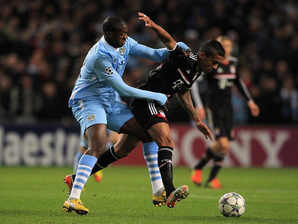 Yaya Toure z Manchesteru City (vlevo) a Luiz Gustavo z Bayernu Mnichov.