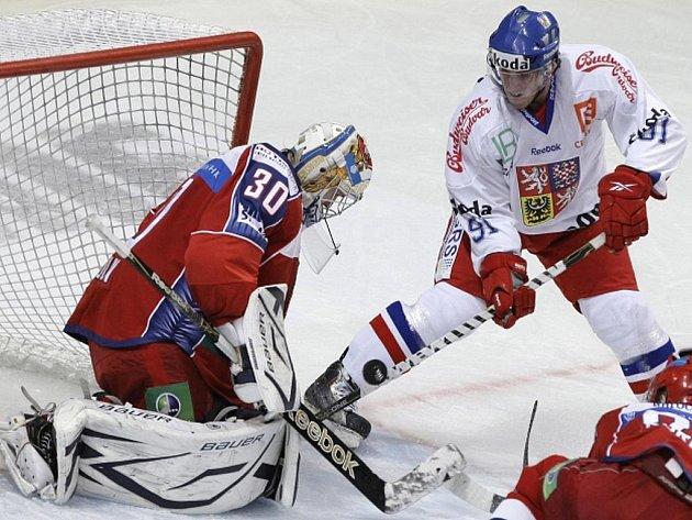 Marek Kvapil (vpravo) se snaží protlačit puk přes ruského gólmana Konstantina Barulina.
