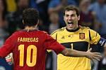 Strůjci španělského vítězství v semifinále Euro Iker Casillas s Cescem Fabregasem.