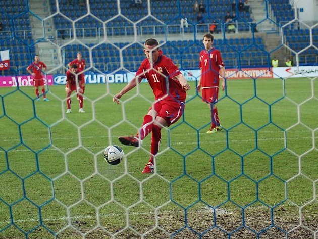 Reprezentant Tomáš Pekhart střílí z penalty gól.