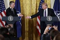 Generální tajemník NATO Jens  Stoltenberg a Donald Trump