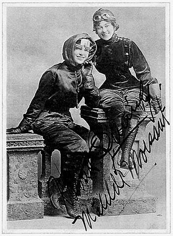 Legendární pilotky, průkopnice letectví a kamarádky Harriet Quimbyová a Matilda Moisantová. Harriet získala pilotní licenci jako první Američanka v dějinách, Matilde byla druhá.