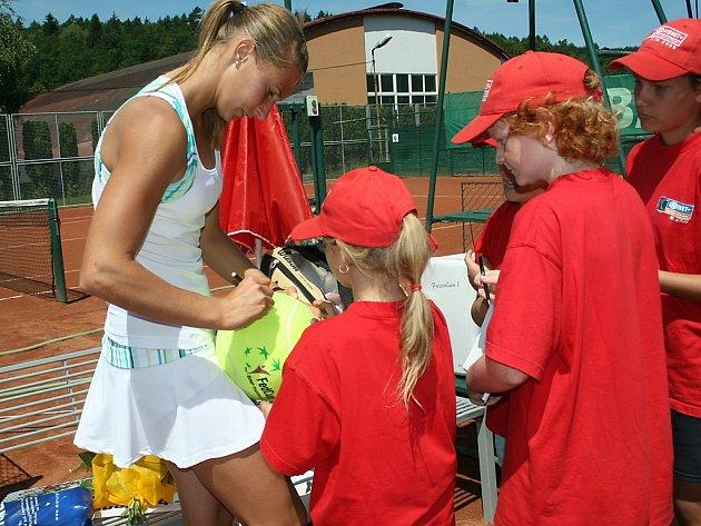 Slovinská tenistka Polona Hercogová rozdává autogramy.