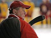 Hokejový trenér Josef Augusta.