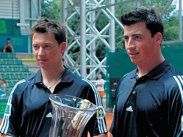 František (vlevo) a Tomáš Kaberle na archivním snímku z letního tenisového turnaje.