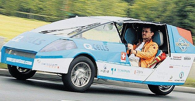 POHÁNÍ HO SLUNCE. Louis Palmer ve svém vozidle na sluneční pohon. Objíždí v něm planetu. Teď přijíždí do Česka.
