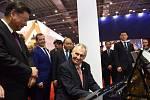 Miloš Zeman u klavíru. Pozoruje ho čínský čínský prezident Si Ťin-pching a ruský premiér Dmitrij Medvěděv.