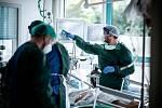 Zdravotníci ošetřují pacienta s koronavirem na jednotce intenzivní péče ve Fakultní nemocnici v německém Essenu.