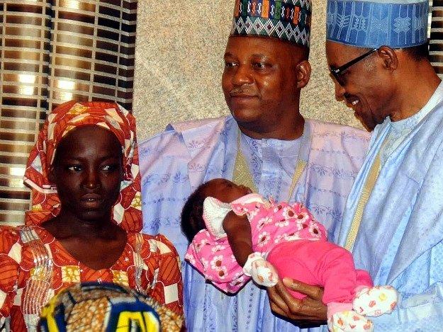První zachráněná školačka z Chiboku. Má dítě, jehož otcem je podle nigerijských zdrojů jeden z únosců.