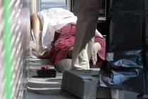 K vraždě za bílého dne došlo v pondělí dopoledne v Ostravě-Hrabůvce. Přímo před zraky náhodných procházejících dosud neznámý pachatel zabil jedenašedesáti¬letého muže z Ostravy.