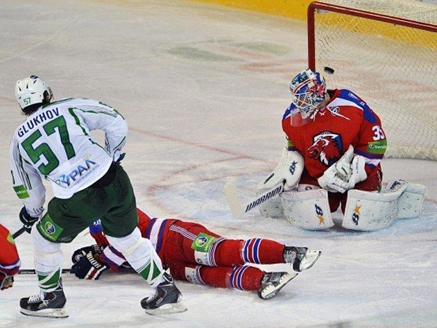 Alexej Gluchov z Ufy (vlevo) dává gól brankáři Lva Praha Petrimu Vehanenovi (vpravo), uprostřed leží Ondřej Němec ze Lva.