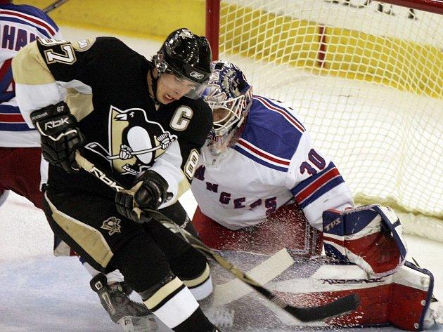 Kapitán Pittsburghu Sidney Crosby se snaží dopravit puk za záda Henrika Lundqvista hájícího branku Rangers.