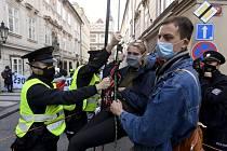 Asi třicet aktivistů klimatického hnutí Extinction Rebellion (Rebelie proti vyhynutí) 1. října 2020 ráno zablokovalo v Praze dopravu v Thunovské ulici u Sněmovny.