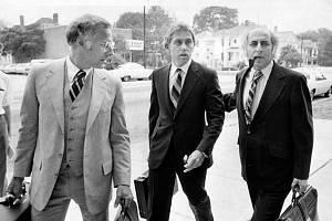 Jeffrey MacDonald (uprostřed) přichází v doprovodu svých právníků k soudu. Snímek pochází ze 17. července 1979