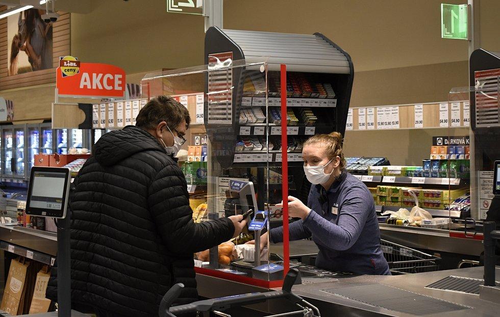 Prodejna potravin v době koronaviru