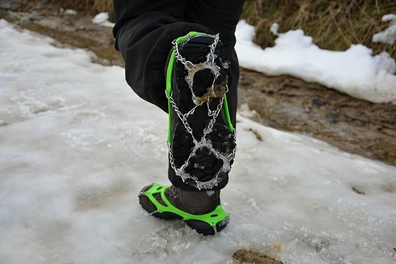 Pulčínské ledopády lákají každoročně na neobvyklou podívanou. Lidé je berou útokem a nerespektují pravidla CHKO Beskydy. 5. února 2021 byla přístupová cesta zledovatělá. Nesmeky jsou velmi užitečné.