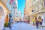 Salzburg, pohled na rušnou nákupní ulici Getreidegasse