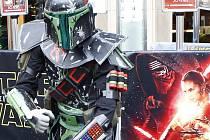 Sedmý díl Hvězdných válek s názvem Star Wars: Síla se probouzí má tento týden nakročeno k tržbám na hranici jedné miliardy dolarů (téměř 25 miliard korun).