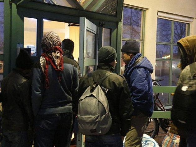 Pětatřicet žadatelů o azyl požádalo o přemístění z uprchlického centra ve švédské vesnici Grännaforsa. Migranti si stěžují, že v zařízení straší.