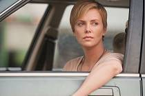 TEMNÉ KOUTY Charlize Theronové. Hrdinka thrilleru, který vznikl podle bestselleru autorky Zmizelé Gillian Flynnové, je proti své vůli nucena otevřít neblahou Pandořinu skřínku.