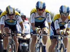 Lance Armstrong (vlevo) s Astanou vyhrál úterní časovku. Na žlutý trikot to však o jedinou vteřinu nestačilo.