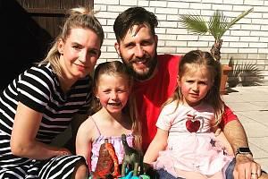 Martin Tvarůžek se svoji manželkou Kateřinou a dcerami Natálkou (6 let) a Nikolkou (3 roky).