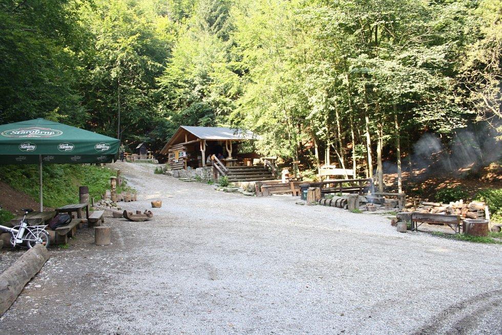 Lesní bar vypadá jako obyčejná bouda, jen je bez obsluhy.