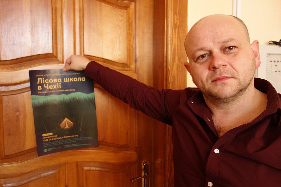 Josef Oriško z letákem propagujícím lesní školu v Oderských vrších.