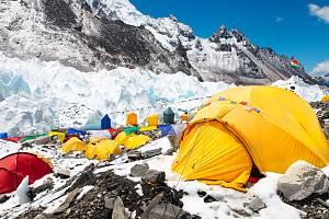 Základní tábor na nejvyšší hoře světa. Mount Everest se kvůli velkému počtu horolezců mění v skládku. Každý z nich po sobě průměrně zanechá osm kilo odpadu.