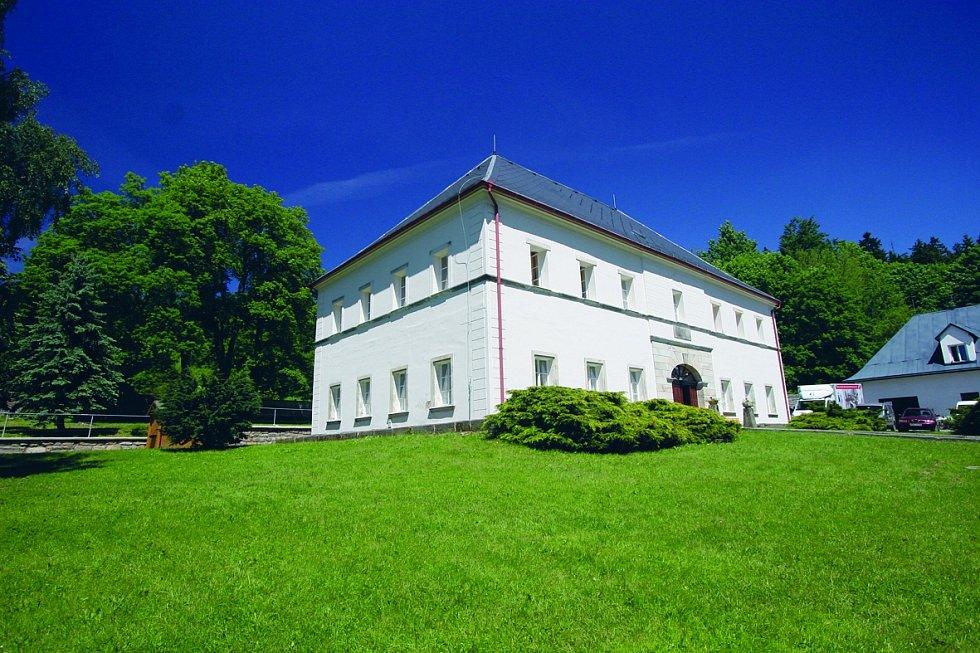 Zámeček Bischofstein. Barokní stavba leží na východ od adršpašsko-teplických skal.
