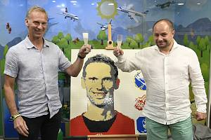 Portrét hokejisty Dominika Haška je vystaven v Muzeu Lega v Praze. Majitel muzea Miloš Křeček (vpravo) ho postavil z deseti tisíc kostiček lega za zhruba dvě stě hodin.