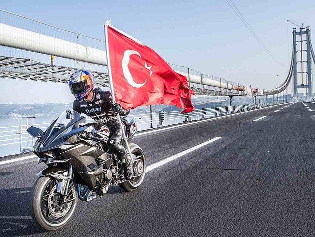 Kenan Sofuoğlu překonal na motorce hranici 400 km/h.